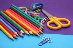 Farbige Bleistifte, farbiges Papier für Kreativität Stockfoto