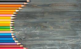 Farbige Bleistifte in Folge vereinbart auf hölzernem Lizenzfreie Stockbilder