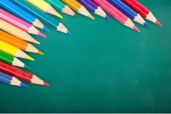 Farbige Bleistifte in Folge vereinbart auf hölzernem Lizenzfreies Stockfoto