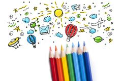 Farbige Bleistifte in Folge vereinbart auf Hintergrund Lizenzfreie Stockfotos