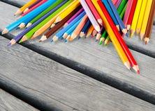 Farbige Bleistifte in Folge vereinbart auf Hintergrund Stockfotos