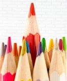 Farbige Bleistifte in Folge vereinbart auf Hintergrund Lizenzfreie Stockbilder