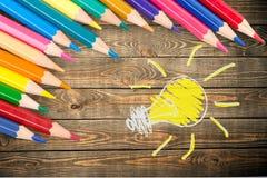 Farbige Bleistifte in Folge vereinbart auf Hintergrund Stockbild