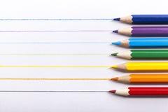 Farbige Bleistifte in Folge vereinbart auf weißem hölzernem Stockfoto