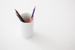 Farbige Bleistifte gehalten im Bleistifthalter Stockbild