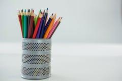 Farbige Bleistifte gehalten im Bleistifthalter Lizenzfreie Stockfotos