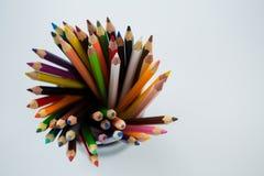 Farbige Bleistifte gehalten im Bleistifthalter Stockfotografie