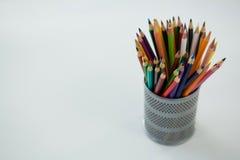 Farbige Bleistifte gehalten im Bleistifthalter Lizenzfreie Stockbilder