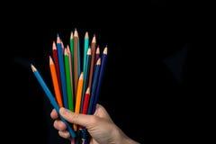 Farbige Bleistifte Hand stockbild