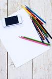 Farbige Bleistifte, Handy und Papier Stockfoto