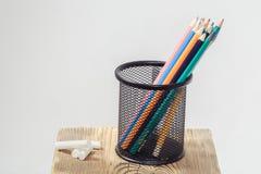 Farbige Bleistifte im Bürostand Stockfoto