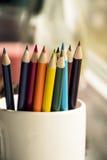 Farbige Bleistifte im Becher Stockfotografie