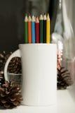 Farbige Bleistifte im Becher Stockbilder