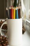 Farbige Bleistifte im Becher Stockbild