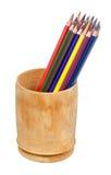 Farbige Bleistifte im Bleistiftkasten lokalisiert Stockfoto