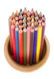 Farbige Bleistifte im Bleistiftkasten lokalisiert Lizenzfreie Stockfotografie