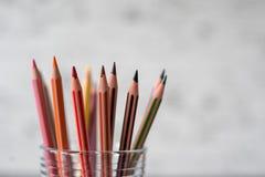 Farbige Bleistifte im Glas Lizenzfreie Stockfotos