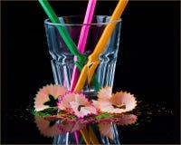 Farbige Bleistifte im Glas, Schnitzel, schwarzer Hintergrund Stockbilder