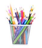 Farbige Bleistifte im Halter lokalisiert auf Weiß Stockbild