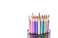 Farbige Bleistifte im Halter lokalisiert auf Weiß Lizenzfreies Stockfoto