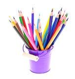 Farbige Bleistifte im Halter lokalisiert auf Weiß Stockfotografie