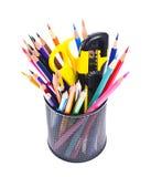 Farbige Bleistifte im Halter lokalisiert auf Weiß Stockfoto