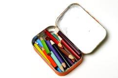 Farbige Bleistifte im kleinen Zinn für das Tragen und Schaffung von Art Wo Lizenzfreie Stockbilder
