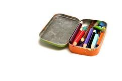 Farbige Bleistifte im kleinen Zinn für das Tragen und Schaffung von Art Wo Stockfotos