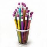 Farbige Bleistifte im Korb lokalisiert auf weißem Hintergrund stockbilder
