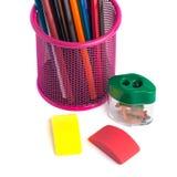 Farbige Bleistifte im Korb, im Radiergummi und im Bleistiftspitzer auf wh Stockbilder