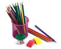 Farbige Bleistifte im Korb, im Radiergummi und im Bleistiftspitzer auf wh Stockfotos