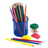 Farbige Bleistifte im Korb, im Radiergummi und im Bleistiftspitzer auf wh Lizenzfreies Stockbild