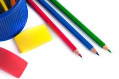 Farbige Bleistifte im Korb, im Radiergummi und im Bleistiftspitzer auf wh Lizenzfreie Stockfotografie