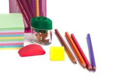 Farbige Bleistifte im Korb, im Radiergummi und im Bleistiftspitzer auf wh Stockfotografie