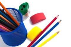 Farbige Bleistifte im Korb, im Radiergummi und im Bleistiftspitzer auf wh Stockbild