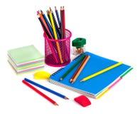 Farbige Bleistifte im Korb, im Radiergummi und im Bleistiftspitzer auf wh Lizenzfreies Stockfoto