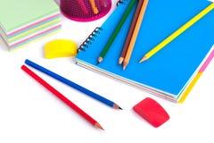 Farbige Bleistifte im Korb, im Radiergummi und im Bleistiftspitzer auf wh Stockfoto