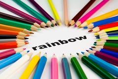 Farbige Bleistifte im Kreis auf dem Wortregenbogen Stockbilder