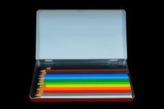 Farbige Bleistifte im Metallbehälter mit leerem Kopienraum Lizenzfreie Stockbilder