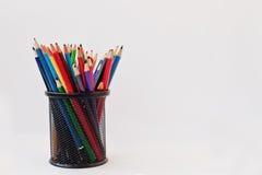 Farbige Bleistifte im schwarzen Bleistiftkasten lokalisiert auf weißem backgrou Lizenzfreies Stockfoto