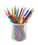 Farbige Bleistifte im Topf auf weißem Hintergrund Stockbild