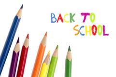 Farbige Bleistifte lokalisiert auf Weiß und Text zurück zu Schule Stockfotos