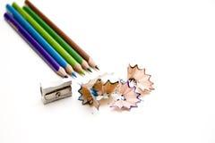 Farbige Bleistifte mit Bleistiftspitzer Lizenzfreies Stockfoto