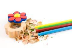 Farbige Bleistifte mit Bleistiftspitzer und Rasuren Stockbilder