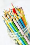 Farbige Bleistifte mit dem Rot, das herauf höher haftet Lizenzfreie Stockfotos