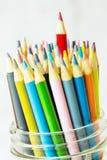Farbige Bleistifte mit dem Rot, das oben herauf Abschluss haftet Lizenzfreie Stockfotografie