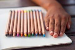 Farbige Bleistifte mit der Hand Stockfoto