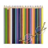 Farbige Bleistifte mit Gläsern Stockfotografie