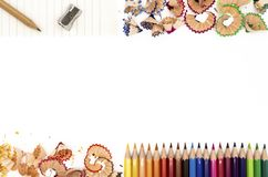 Farbige Bleistifte mit ihren Schnitzeln stockfoto