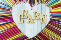 Farbige Bleistifte mit lernen Text Lizenzfreies Stockbild